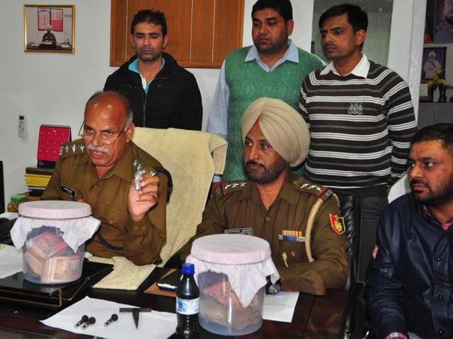 DSP (crime) Jagbir Singh addressing a press conference announcing the arrest in Chandigarh on Friday.(Karun Sharma/HT Photo)