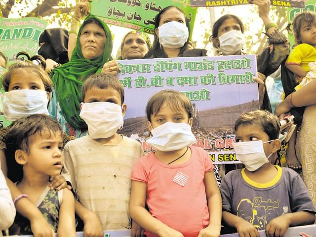 Residents of Mumbai's Govandi and Shivaji Nagar stage a protest to demand that the Deonar dumping site is moved out of the area. (HT Photo/Prashant Waydande)