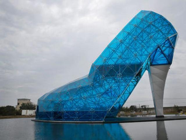 Taiwan: Glass shoe tribute to women suffering from 'black feet'