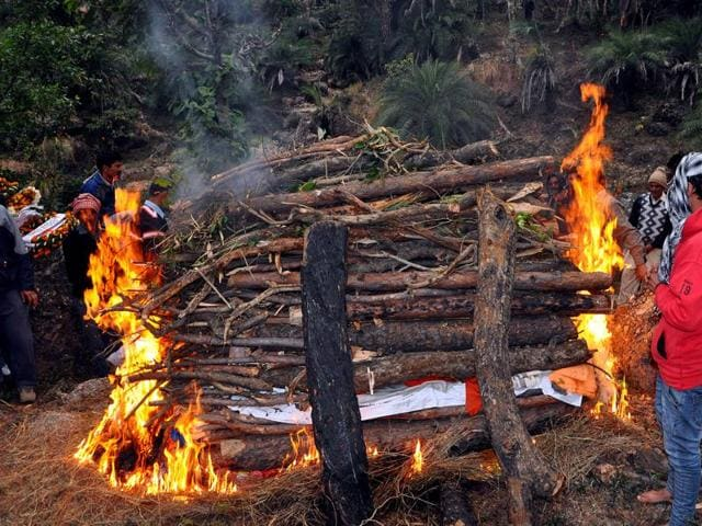 Delhi has dozens of traditional cremation grounds where Hindus cremate bodies by burning massive piles of firewood in the open, billowing out clouds of black smoke into the sky and generating large quantities of ash that's thrown into rivers.(Shyam Sharma/HT File Photo)