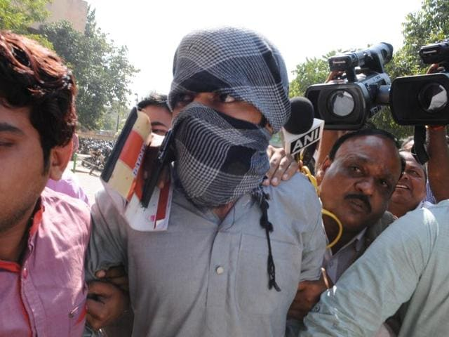 Suspected Islamic State operative Azhar Iqbal being produced at a district court in Bhopal.(Praveen Bajpai/HT Photo)
