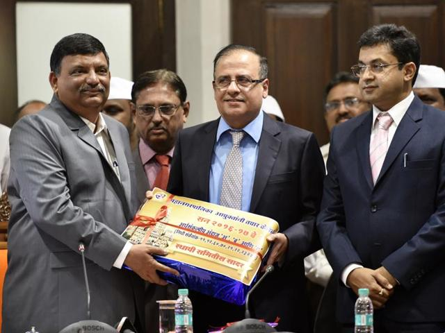 Municipal commissioner Ajoy Mehta (centre) releases the Brihanmumbai Municipal Corporation (BMC) budget on Wednesday.