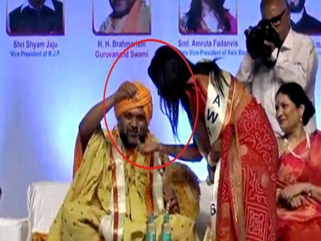 It was alleged that Amruta, wife of Maharashtra chief minister Devendra Fadnavis, bowed before the Swami during the function when the latter produced a shining chain and presented it to her.