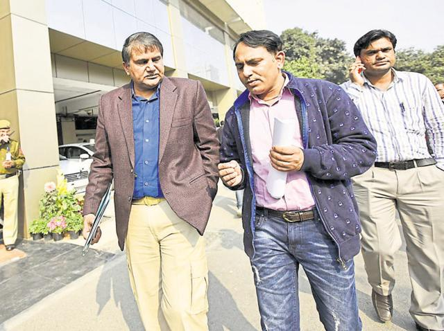 Divyansh's father Ramhet Meena (centre) met commissioner BS Bassi at the police headquarters on Monday.
