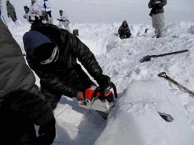 Siachen: Operations by the specialized teams of the Army and the Air Force in progress to search for the bodies of the soldiers hit by an avalanche, in Siachen