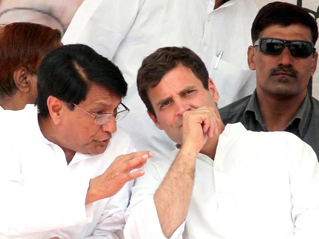RLD chief Ajit Singh (left) makes a point to Congress leader Rahul Gandhi at an election rally in 2014.