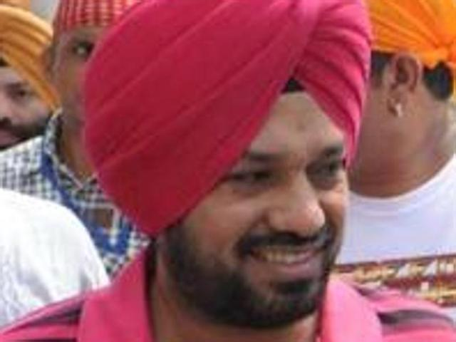 Comedian Ghuggi takes political flight, lands in AAP