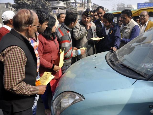Volunteers of the Ghaziabad RWA federation distributed pamphlets and offered roses to commuters on Wednesday morning to raise awareness about the event.