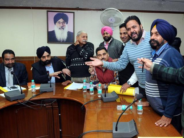Opposition Congress councillors arguing with mayor Amarinder Singh Bajaj during the general House meeting of municipal corporation in Patiala on Wednesday.