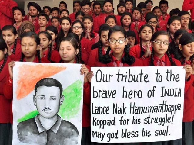 NSUI Workers pay tribute candle light tribute to Siachen soldier Lance Naik Hanamanthappa and others at Jantar Mantar in New Delhi on Thursday