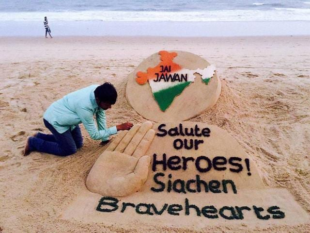 Sand artist Sudarsan Pattnaik pays tribute to Lance Naik Hanumanthappa Koppad at Puri sea beach.  The Siachen tragedy united India, otherwise broken by political controversies, caste barriers and ideologies.