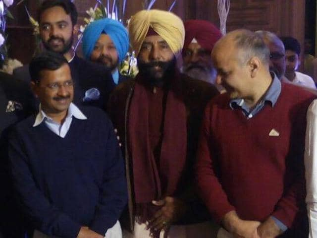 Congress leader Jagmeet Brar (yellow turban) flanked by (left) AAP national convener and Delhi CM Arvind Kejriwal, and deputy CM Manish Sisodia. Others in the picture include AAP leader Kumar Vishwas, and recent Congress-to-AAP convert Sukhpal Singh Khaira.