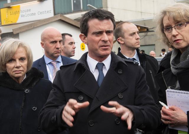 French Prime Minister Manuel Valls (C) gestures as he visits the refugee camp Bayernkaserne (Bavaria barracks) in Munich.