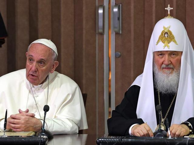 Pope Francis (L) and the head of the Russian Orthodox Church, Patriarch Kirill (R), sign documents after a historic meeting in Havana.