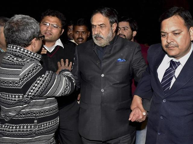Congress leader Anand Sharma being taken away in security after ABVP students partialy prevented him from leaving JNUon Saturday.