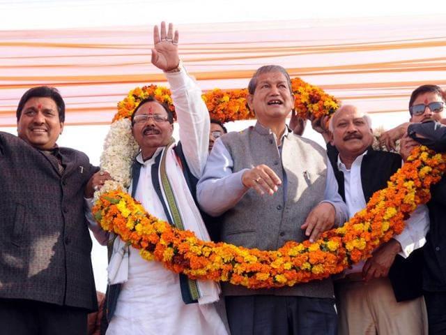 Members of the Garhwal Sabha, Punjab, honouring Uttarakhand chief minister Harish Rawat (centre) in Patiala on Sunday. Congress legislator Brahm Mohindra is third from right.