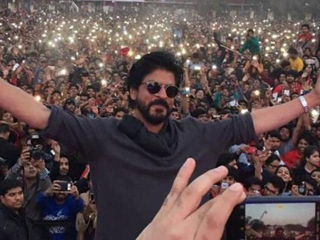 Shah Rukh Khan at Hansraj College, Delhi University. Throes of students and fans came for glimpse of their favourite star at the college campus.