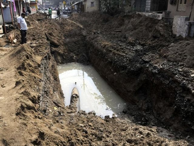 After seven hours of rescue efforts, the body of the worker was recovered from the pipeline at around 4 am on Tuesday.