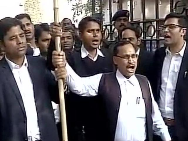 JNU row: Another scuffle at Patiala House, lawyers beat up journalists