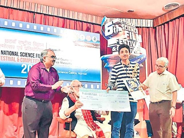 Lucknow lad Aditya receiving a cheque at the National Science Film Festival and Competition, 2016 in Mumbai.