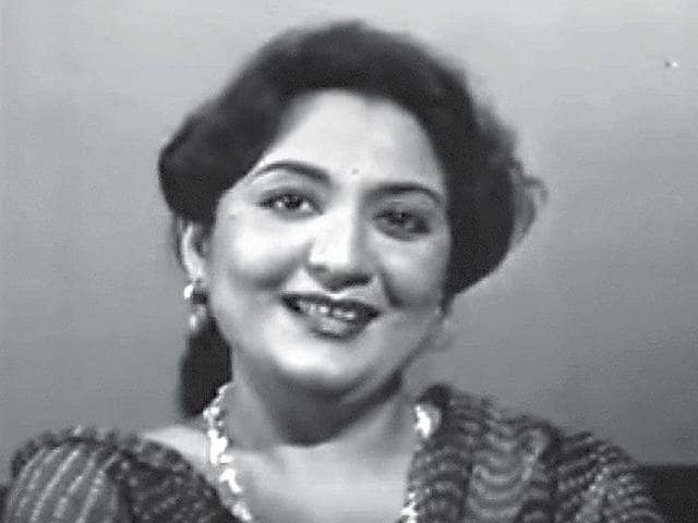 While DD wanted to name the show Guldasta, Tabassum didn't find it appealing. She chose a couplet called Phool Khile Hain Gulshan Gulshan from Begum Akhtar's ghazal instead, and ended up sporting a flower in her hair on the show. It became her style statement.