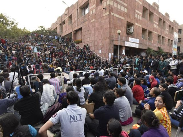 JNU students protest against the arrest of their union president Kanhaiya at the administrative block in the campus on Wednesday.(Sanjeev Verma/HT photo)
