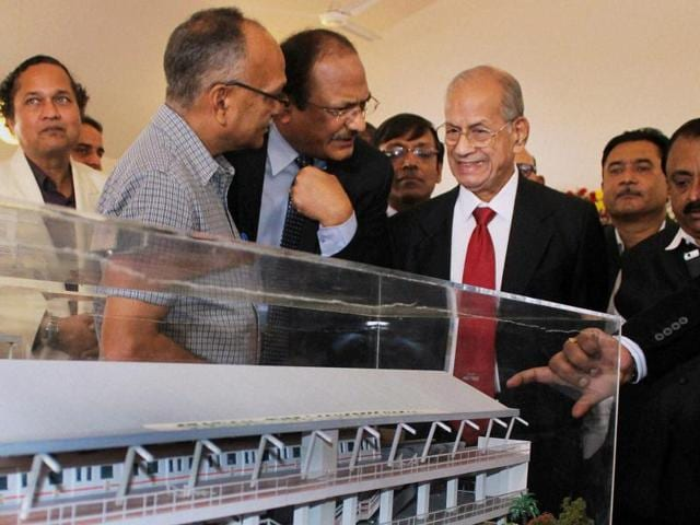 Metro Man E Sreedharan, Metro Rail managing director Brajesh Dixit (second from left) and others look at the model of a Metro station during the first foundation day of 'Majhi Metro' organised by Nagpur Metro Rail Corporation Ltd in Nagpur on Thursday.