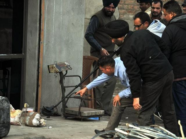 A 'bomb-like' object was found near Pathankot Chowk on Jalandhar- Pathankot national higway on January 26.(HT File Photo)