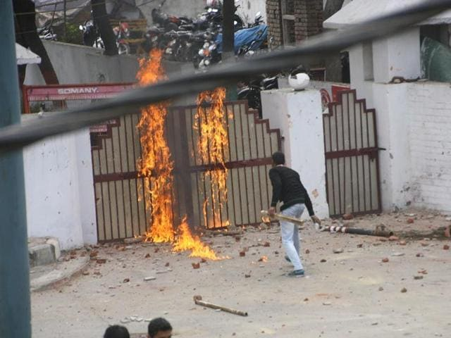 The main gate of IGP's office( Rohtak range) set on fire by a protesting student. (Manoj Dhaka/HT )