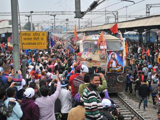 Out of 20 passenger coaches, at least four coaches were entirely reserved for devotees who came from England to celebrate Ravidass Jayanti in Varanasi.(Pardeep Pandit/HT Photo)