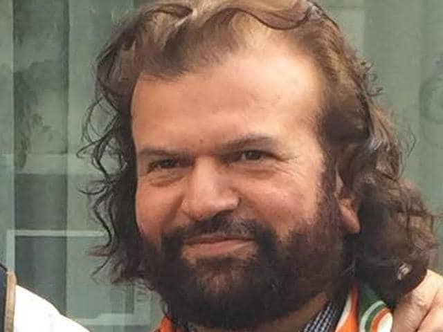 Singer and former SAD leader Hans Raj Hans with Punjab Congress chief Capt Amarinder Singh and other leaders after joining the party at the latter's house in Chandigarh on Saturday.