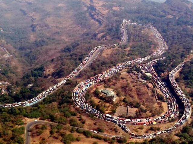 Mumbai-Pune Expressway witnessed heavy traffic jams after an oil tanker overturned near the Khandala exit on Saturday.