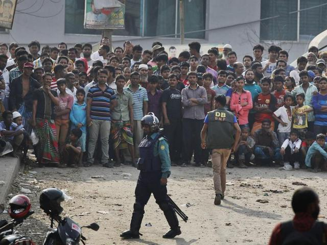 Local residents watch a police raid on a building in Dhaka, Bangladesh, on February 20, 2016. Bangladesh police said they arrested two suspected members of a banned radical Islamist group and seized at least 20 bombs and bomb-making materials in a series of raids over the weekend.
