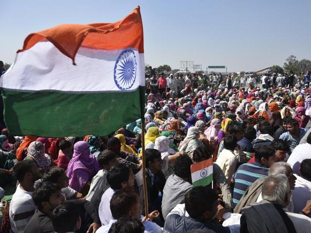 Jat quota agitation protestors sit on the Rohtak road in Sampla. This is not the first time that a Central government has faced protests from the community.(Ravi Choudhary/ HT Photo)
