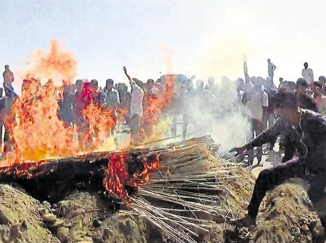 Jats put up a blockade on the railway overbridge at Kanjoli Line area on the Alwar-Bharatpur route.