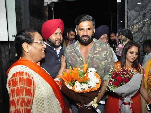 Residents welcoming actor Suniel Shetty in Ludhiana.