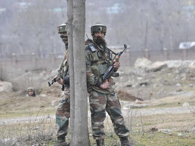 Soldiers take position after a militant attack on the outskirts of Srinagar.)