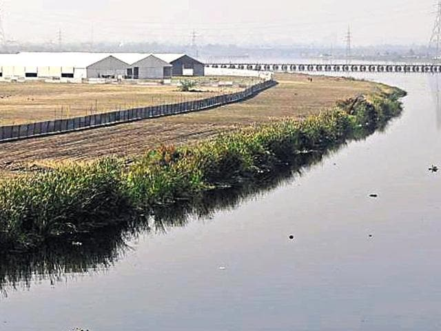 An area of 1,000 acres have been cleared to construct huts, pandals and a giant 7-acre stage right on the river channel.(Saumya Khandelwal/HT Photo)