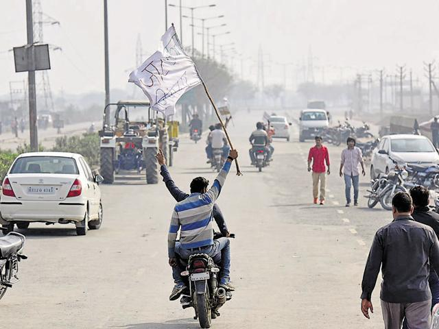 Jat protesters on the Rohtak Road in Sampla, on February(Ravi Choudhary/Hindustan Times)