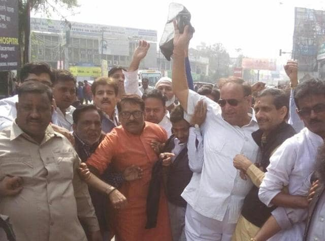 Congress party workers  on Saturday protested against BJP leader Subramanian Swamy by throwing  rotten eggs and tomatoes at his car in Kanpur.