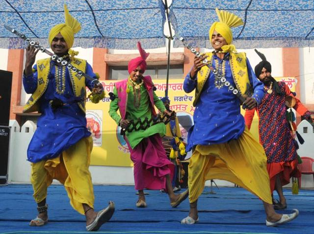 Artistes performing during the Virasat Mela in Bathinda on Saturday.(HT PHOTO)