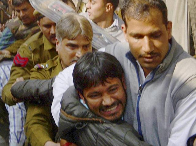 JNUSU president Kanhaiya Kumar, arrested on charges of sedition, is being escorted by police personnel at Patiala House Court in New Delhi.(PTI)
