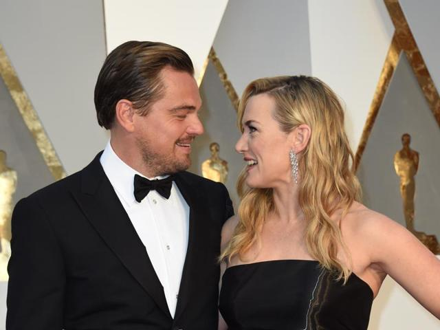 Actor Leonardo DiCaprio (L) and actress Kate Winslet arrive on the red carpet for the 88th Oscars on February 28, 2016 in Hollywood, California. AFP PHOTO / VALERIE MACON
