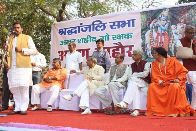Union minister Ram Shankar Katheria addresses the public during a meeting to condole the death of VHP activist Arun Mahaur at Jaipur House in Agra on Sunday.