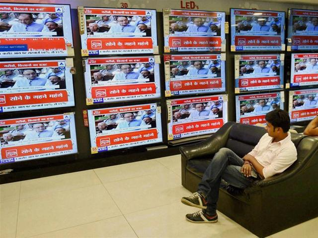 People watch TV at a showroom in Mumbai as Union finance minister Arun Jaitley presents the budget 2016-17 in Parliament on Monday.(PTI)