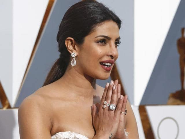 See Pics Priyanka Chopra S Oscars 2016 Jewels Worth 8 Million