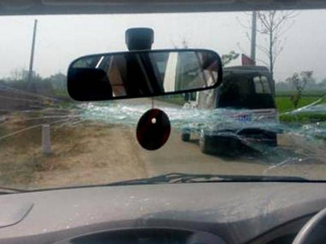 Protesters attacking AAP convener and Delhi CM Arvind Kejriwal's car at Hasanpur village in Ludhiana on Monday.(HT Photo)