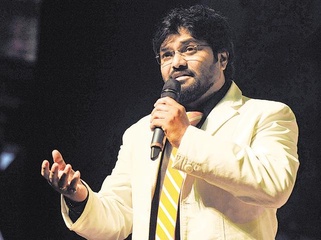Indian Bollywood playback singer and politician, Babul Supriyo performs during the 'Ye Shaam Mastani' for Bollywood actor and playback singer Kishore Kumarís 86th birthday celebration in Mumbai on August 2, 2015. AFP PHOTO / AFP / STR