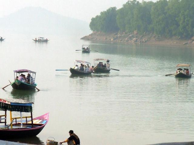 Picknickers enjoy boat rides at Maithon dam near Dhanbad.(HT Photo)