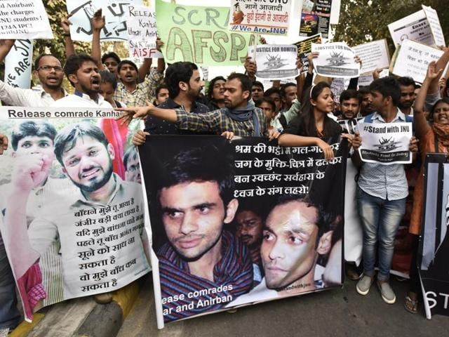 Students and teachers shout slogans demanding the release of Umar Khalid and Anirban Bhattacharya who are in jail on charges of sedition. Vipin Kumar / Hindustan Times)